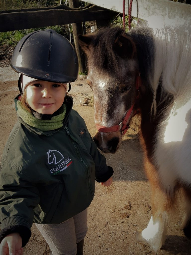 bambino co cavallo per scuderie didattiche